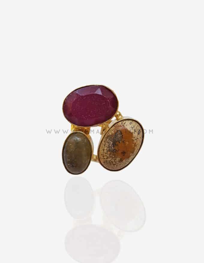 anillo dorado con piedras naturales