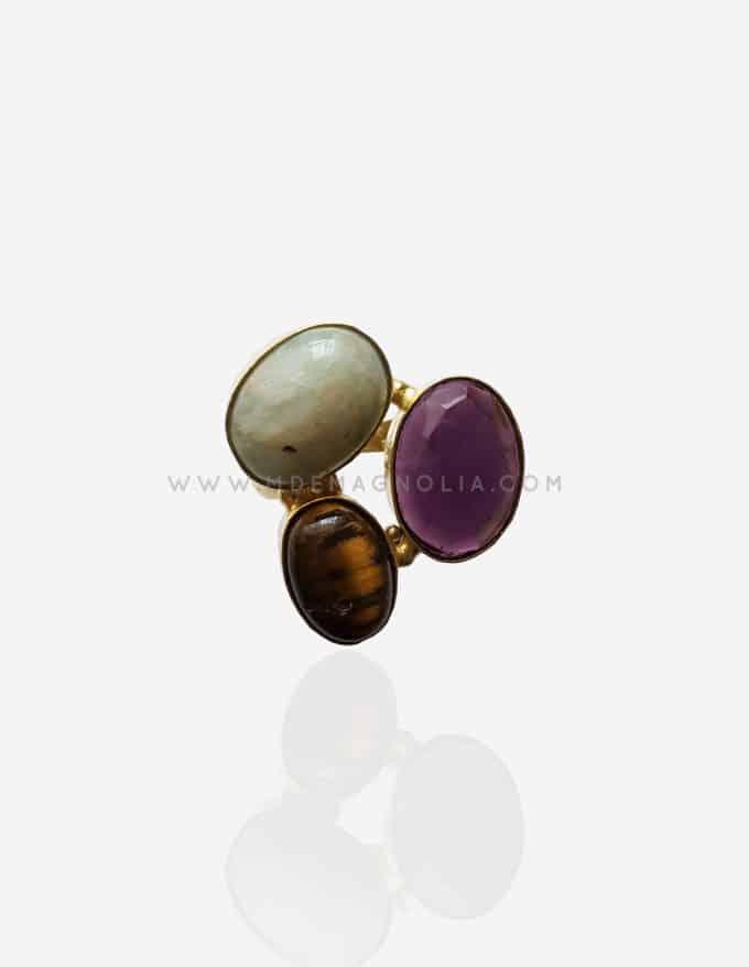 anillo dorado de piedras