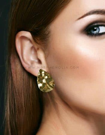 pendientes dorados con forma de gota