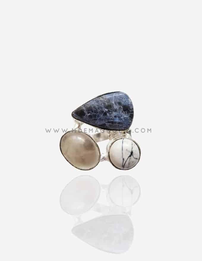 anillo ajustable plateado con piedras irregulares