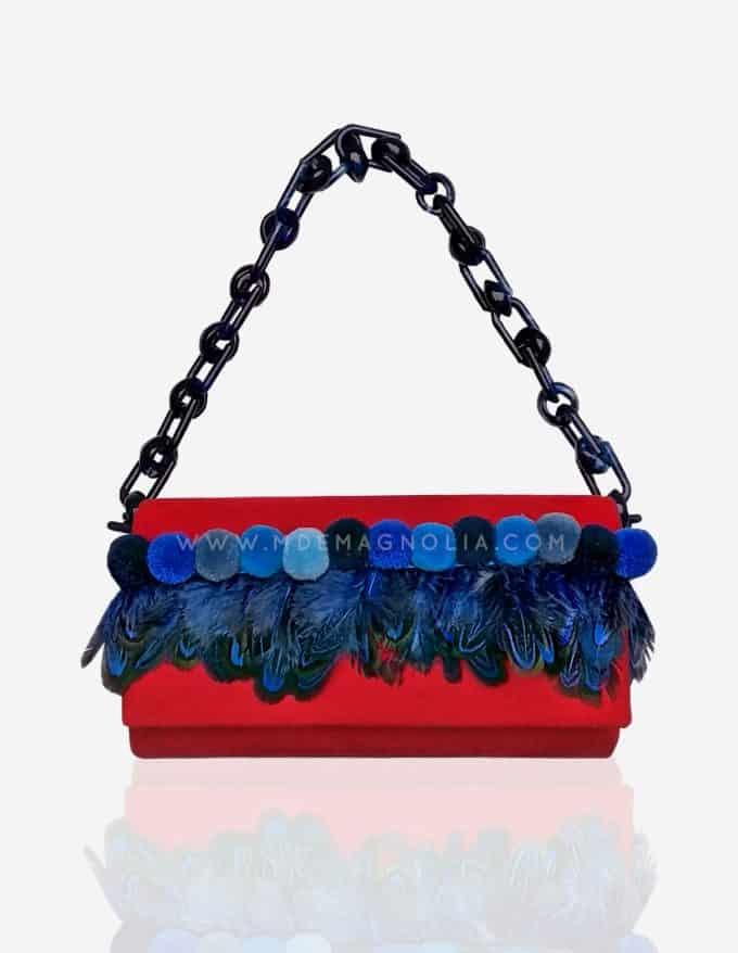 bolso rojo con plumas