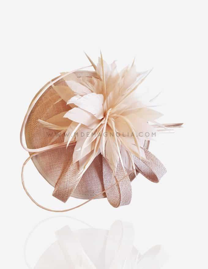 tocado rosa palo con plumas