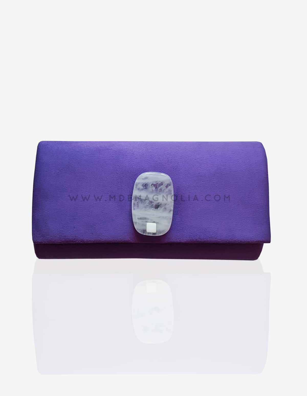 bolso morado con piedra blanca