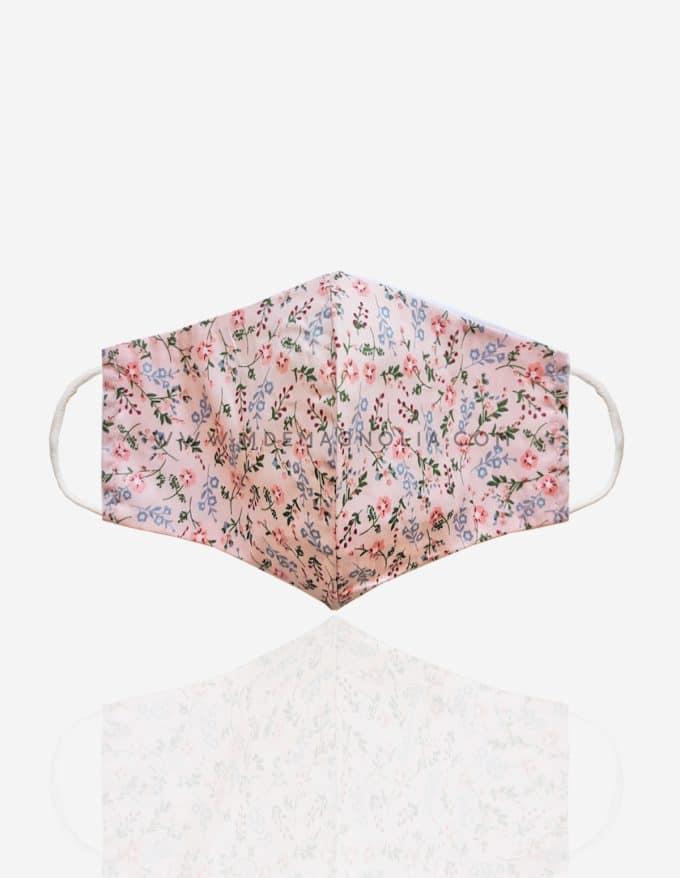 mascarilla de tela con flores rosa palo